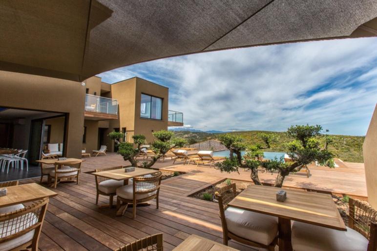 La terrasse de la grande villa de l'hôtel Version Maquis à Bonifacio