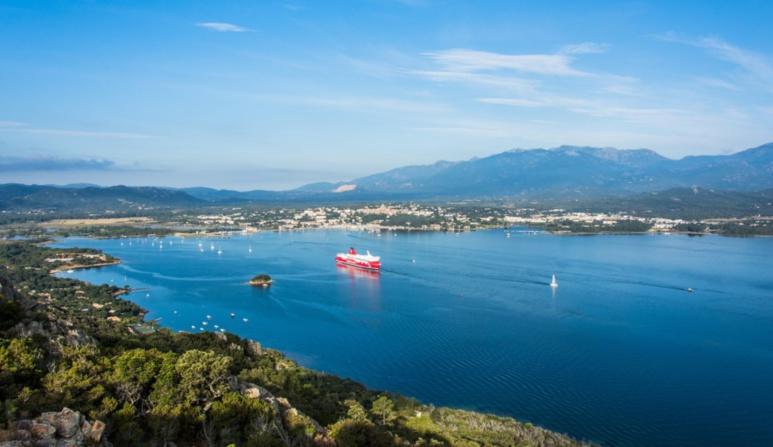 Comment rejoindre la Corse ? Avion ou bateau ?